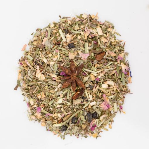 herbata ziołowa z kawałkami imbiru i aronii