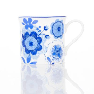 Porcelanowy kubek w kwiaty fotografia