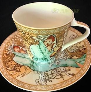 porcelanowa filiżanka z motywami z dzieł A. Muchy.
