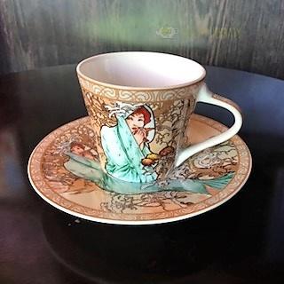 filiżanka porcelanowa z motywami grafik Muchy