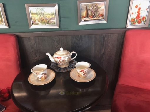 komplet do herbaty z porcelany ozdobiony grafiką A. Muchy