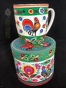kogutki i kwiaty na porcelanowym kubku